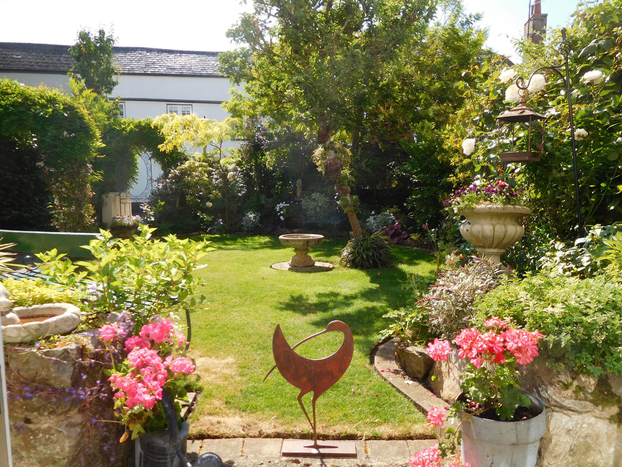 Dig deep for Hospiscare by visiting our Open Gardens